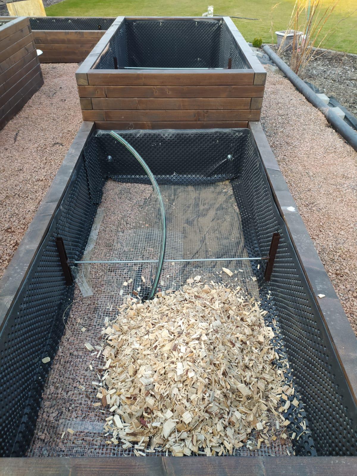 Přeji hezký večer, o víkendu jsme si mákli a založili vyvýšené záhony ve složení: králičí pletivo - štěpka - kompost - kravský granulovaný hnůj - kompost. Štěpku jsme koupili na pile, kompost prodávali za dobrou cenu ve vedlejší vesnici, tak snad budou dobře rodit :-) - Obrázek č. 2