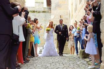 Po obřadový průchod mezi svatebčany :-)