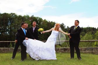 ...přetahování o nevěstu...