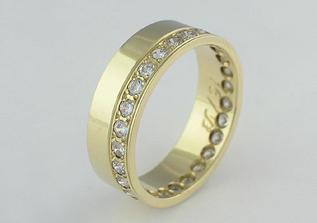 ..tak toto je nakonec můj, již objednáný snubní prsten...mám tam 28 kamínků a můj budoucí manžílek tam bude mít místo kamínků pruh z matného zlata....
