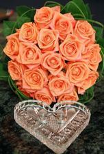 ...celou naší svatbu bude doprovázet kombinace dvou barev. Oranžovo-lososová se smetanovou. Kytičku jsem si vybrala tuto, jen k ni přibude drobá, lehká smetanová dekorace