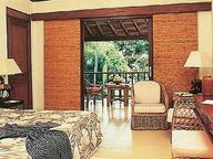 ...budeme ubytováni v bungalou...snídaně se podává na terase s výhledem na moře....