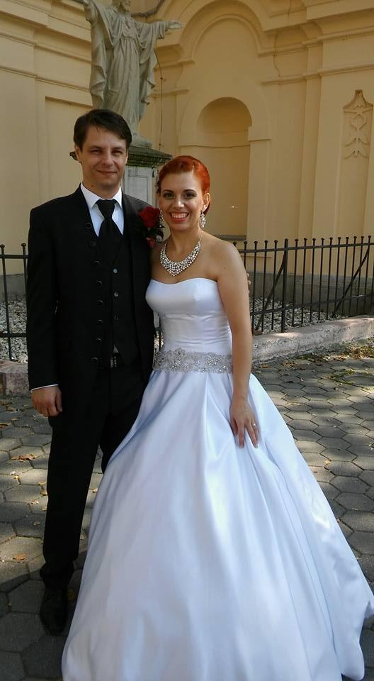 Zuzana{{_AND_}}Adrián - manželia - po gratuláciách, ešte pred kostolom :-)
