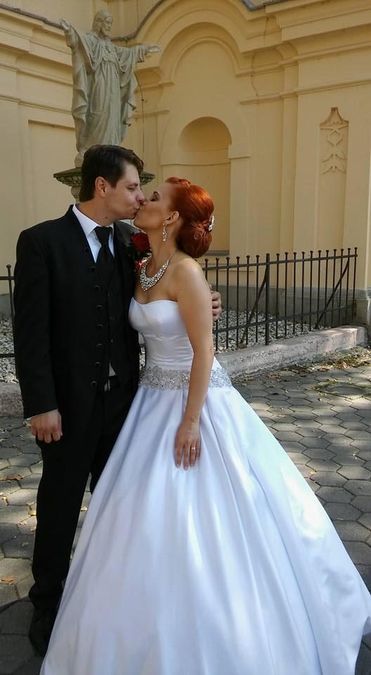 Zuzana{{_AND_}}Adrián - jeden z prvých manželských bozkov :-)