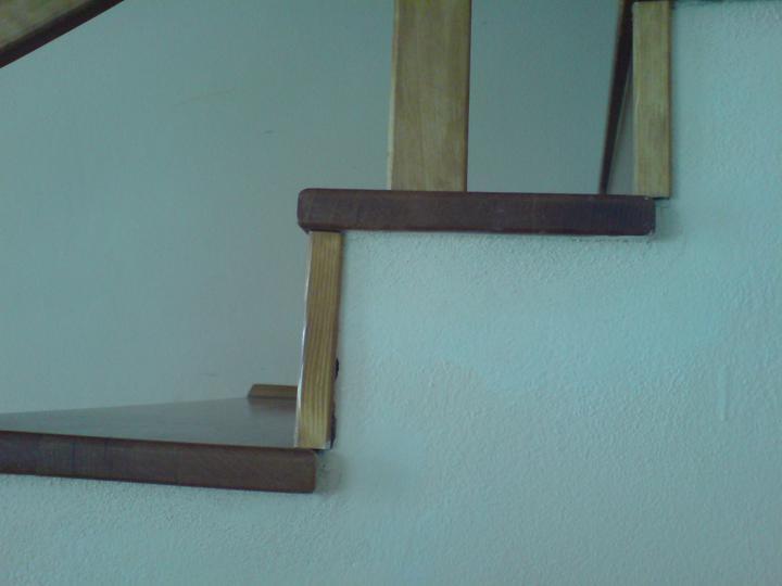 Schody - Pohlad z obyvacky...vadia mi tie latky a diery