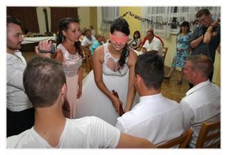 Nevěsta poznávala ženicha podle salámu