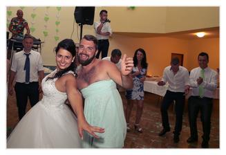 Kamarád mi řekl, když jsme spolu s manželem začali chodit, že pokud se mi dva vezmeme tak nám přijde na svatbu v zelených šatech ... tak musel :D