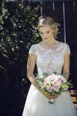 Krajkové svatební šaty s tylovou sukní, 36
