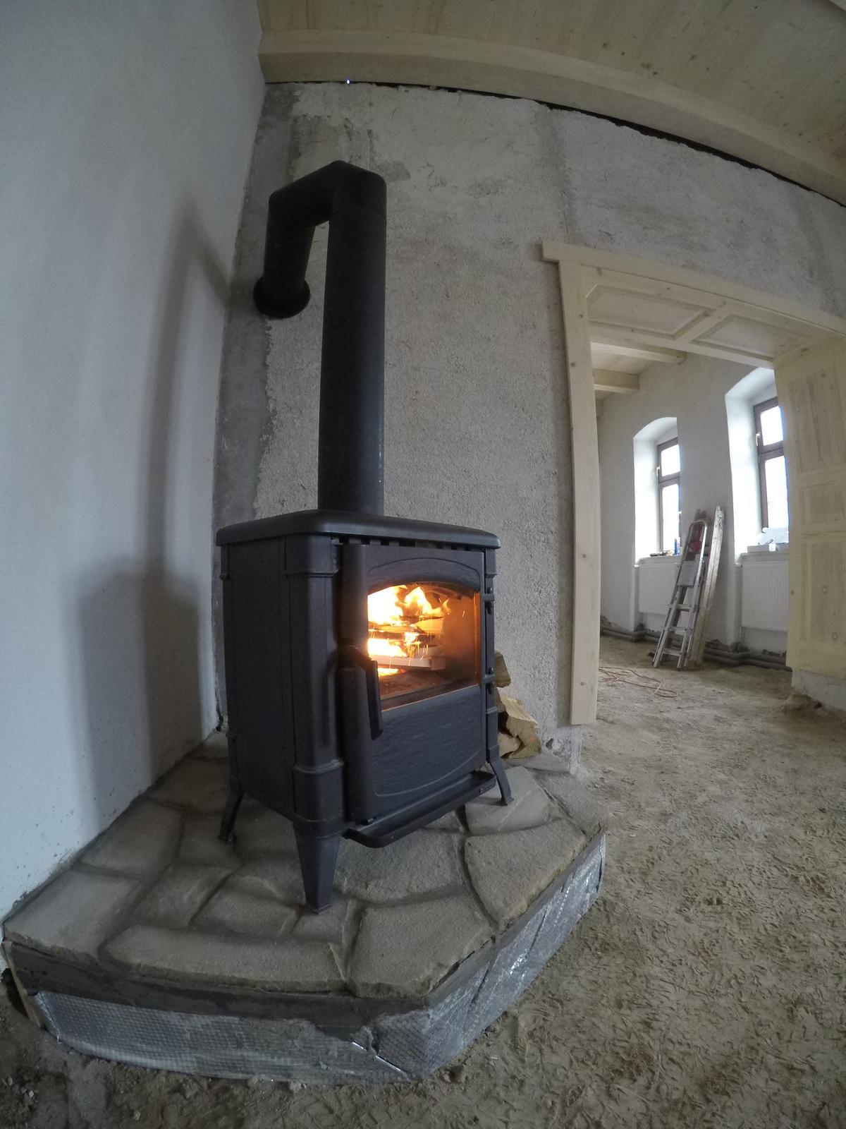 Rekonstrukcia  domu z 18- teho storocia - liatinova piecka nordica viola
