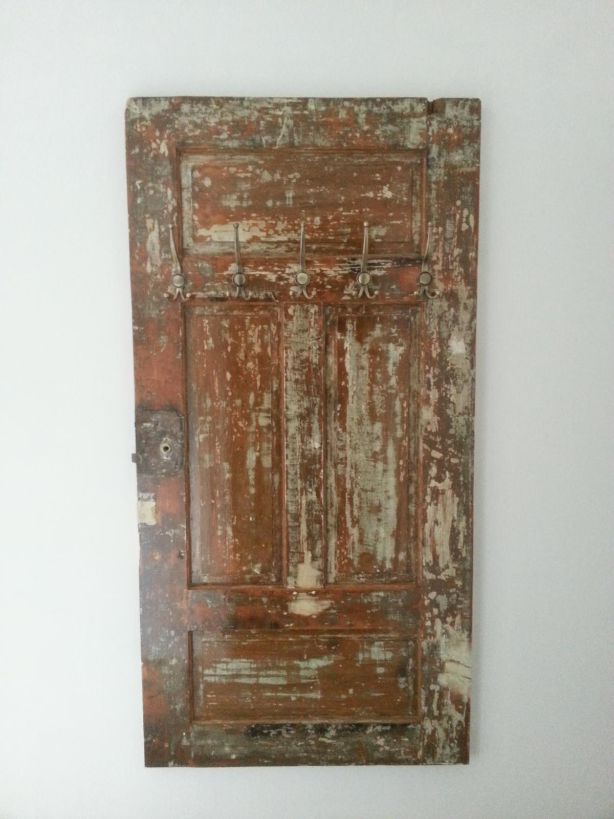 Rekonstrukcia  domu z 18- teho storocia - Stare dvere som vyuzil na vesiak