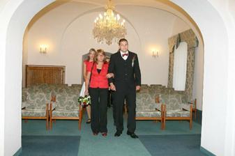 příchod ženicha s maminou