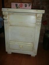 môj nočný stolík zo starej debničky na drevo