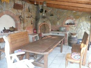 Posedenie v záhrade,výroba môjho manžela,aj stôl a lavice