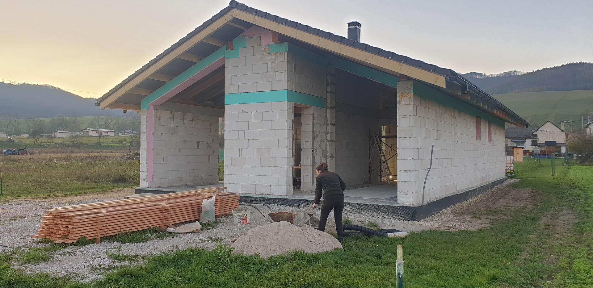 začíname  stavat 😉Bungalov 1871 - strecha hotová. už len podasia  zaplechovat keď bude mať klampiar čas. 😉priečky skoro hotové... už čakáme len na okná 2😉