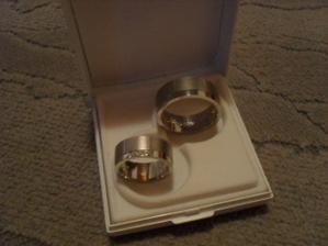 naše nádherné prstýnky (moc děkujeme šikovné zlatinici!)