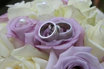 prstýnky a svatební kytice