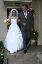 Nevěsta s tatínkem vycházejí z baráčku