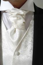Biela francúzska kravata a vesta spolu s kovovo sivým oblekom pre drahého :-)