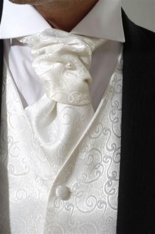 Keď sa sny stávajú skutočnosťou... :-) - Biela francúzska kravata a vesta spolu s kovovo sivým oblekom pre drahého :-)