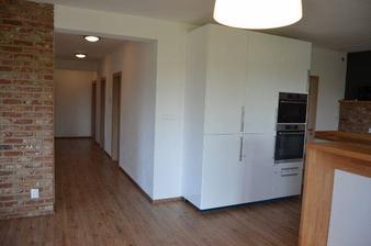 Dom má tri spálne, kúpelku, wc pre hostí, veľkú kotolňu s práčovňou, obývačku s kuchyňou a špajzu. Kotolňa a jedna izba nie sú ešte hodné fotky :-)
