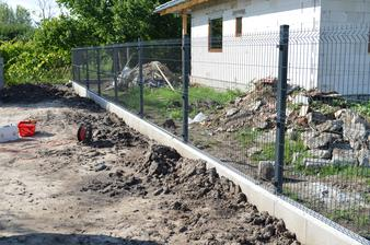 Nahodili sme aj zadný plot. Farba antracid