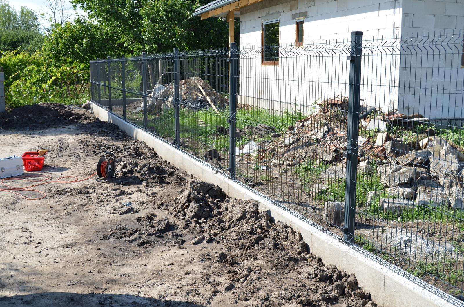 Okolie domu - Nahodili sme aj zadný plot. Farba antracid
