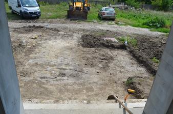 Začali sme aj terénnu úpravu vstupného chodníka