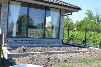 ide sa stavať prvý kvetinový záhon :-)