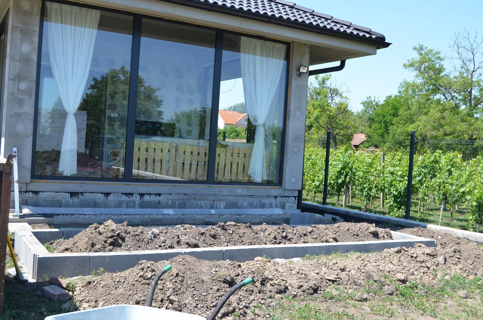 Okolie domu - ide sa stavať prvý kvetinový záhon :-)