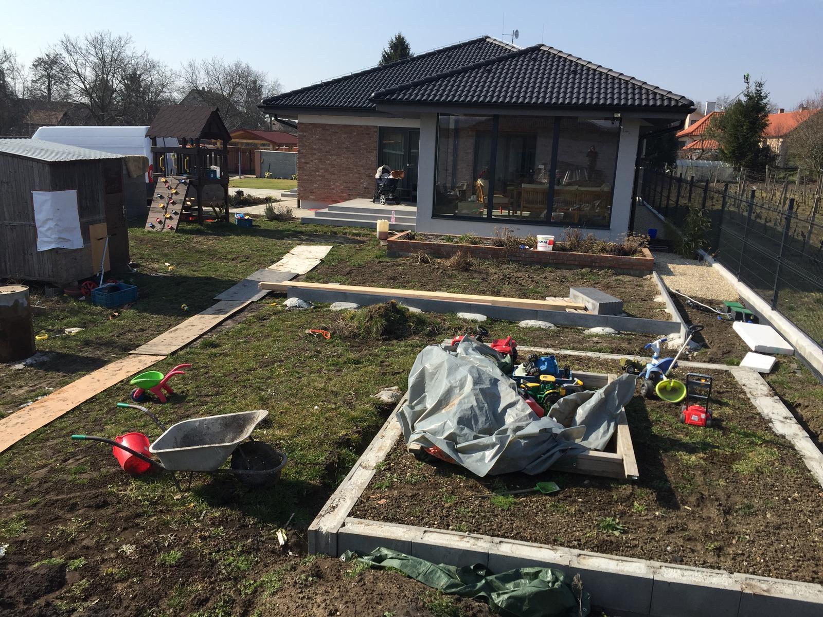 Okolie domu - Na jeseň sme stihli aj dlažbu aj fasádu :-)