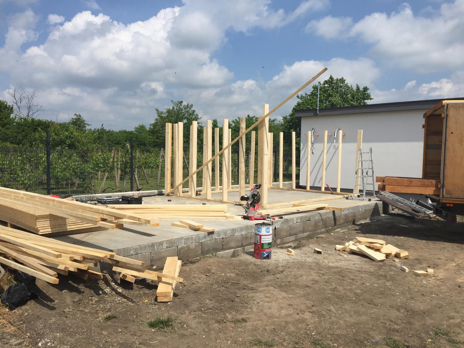 Okolie domu - Dnes sa začalo robiť na terajšej a záhradnom domčeku
