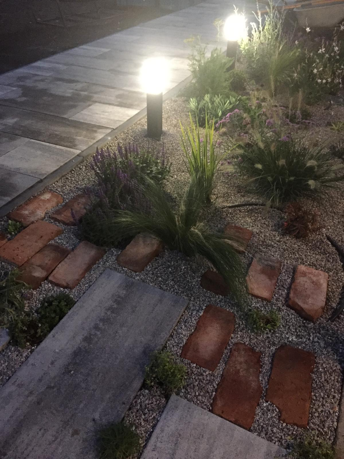 Okolie domu - Aj osvetlenie už funguje :)