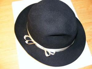 klobouk na ženichovo auto, ještě ho dozdobím růžičkou