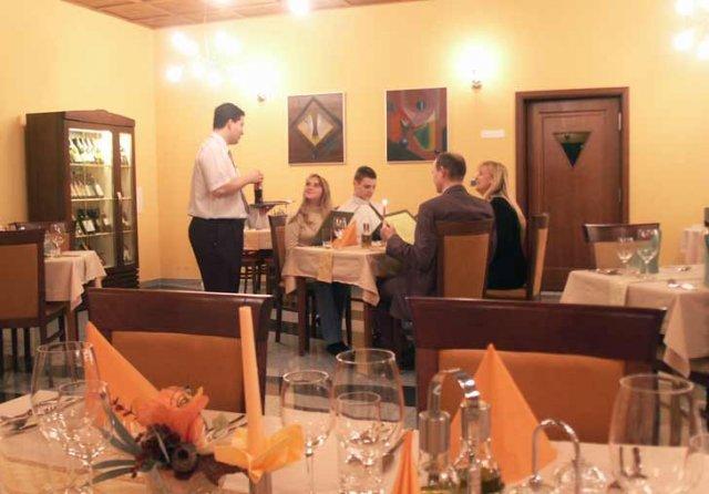 V hoteli Hradna brana bude hostina, len medzicasom premalovali restiku na tmavooranzovo-ruzovo :(