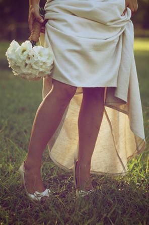 AZ inspirace I. - svatební šaty - no i po louce se dá lézt v botách na podpatku:-)