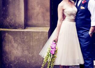 krásný šaty se zajímavě řešeným spodkem