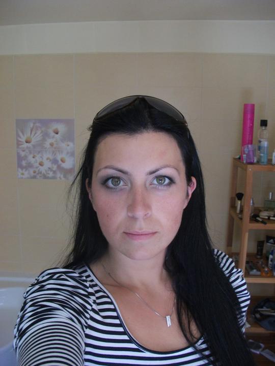 Přípravy 11.6.2011:)))) - Dělala mi jen oči make up mi nedělala chtěla jsem jen oči