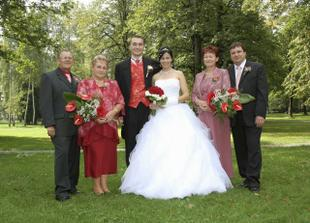 rodiče ženicha stojí vedle nevěsty a naopak