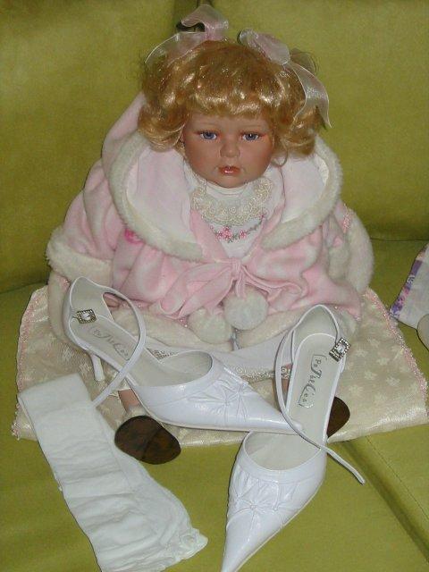 Pomaličky to chystáme :) - topánočky ... a bábika Sára :)