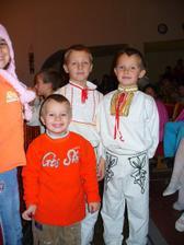 moji synovci alias najmladší družbovia .... všetci majú bojovú úlohu :)