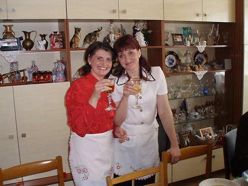 Zásnuby 23.3.2008 - takto ma konecne aspon raz obsluhovali moje sestricky:)