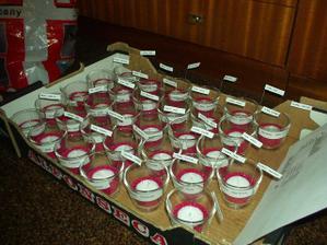 jmenovky a následný dárek pro každého-skleničky,svíčky a písek zakoupeno v IKEA, ostaní má ruční výroba