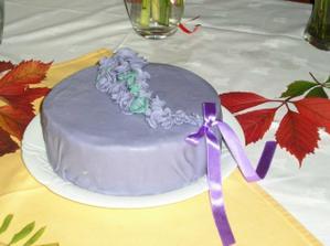 tak tento sice není svatební,ale dělala jsem ho sama.Bez jediného krému.Mandlovo-oříškový dort s marcipánem z Apetitonoline.cz