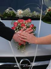 Květinová výzdoba na auto