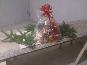 21.12.2011 takéto prekvapenie nám  posledný deň v práci pred vianocami nechali v domčeku murári. Vraj poďakovanie za starostlivosť.. Teda to sa už dnes asi vážne tak často nevidí, aby murári dávali darčeky svojim