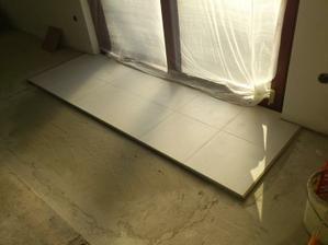 27.01.2012 položené aj posledné kusy dlažby v dome pri terasových dverách..