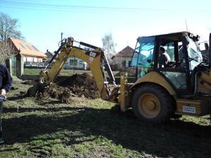 27.03.2010 výkop jamy na žumpu