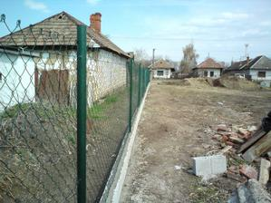 04.04.2010 medzičasom som urobil aj nový plot od suseda
