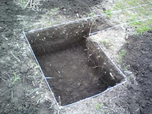 18.04.2010 začali sme aj kopať základy