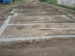 27.04.2010 základové pásy hotové  vošlo 14m3 betonu